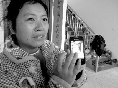 10月31日,看着张阳与刘慧的合影,母亲刘笠红默默流泪。 赵芸供图
