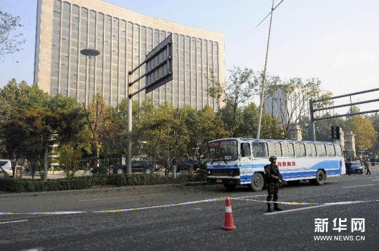 这是11月6日拍摄的一辆爆炸中受损的公交车停在现场。 新华社发(刘国良 摄)