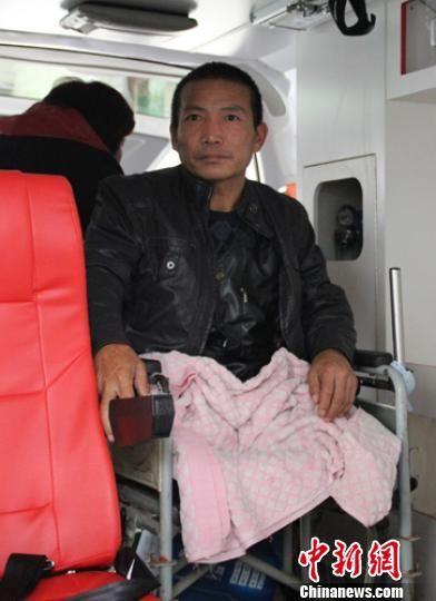 """11月9日,河北""""自锯病腿""""农民郑艳良康复出院,医院派车送其回家。 李芳华 摄"""