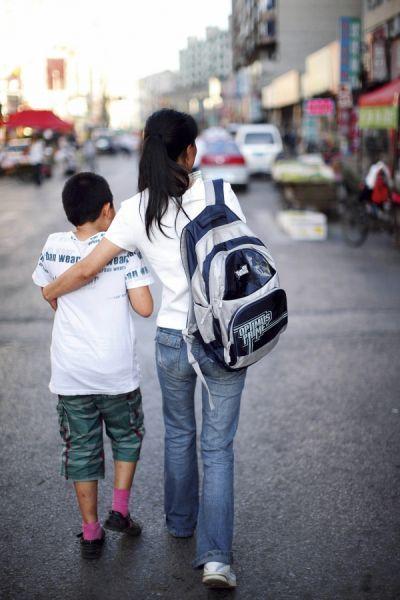 张晶接放学的儿子回家。