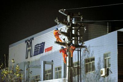 22日晚,工作人员正在抢修电力。