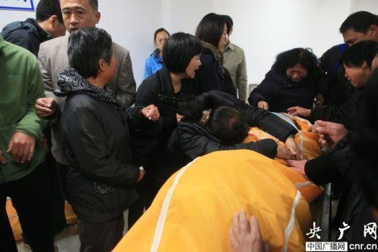 家属在青岛大学附属医院认领遗体