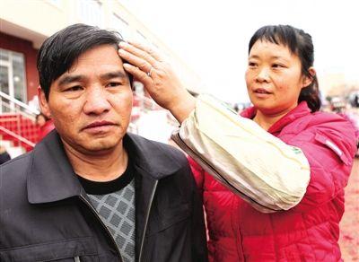 妻子赵四芳帮丈夫宋新博整理头发图片