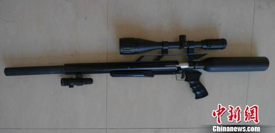 图为警方缉获的仿美制秃鹰气枪。 海宁公安 摄