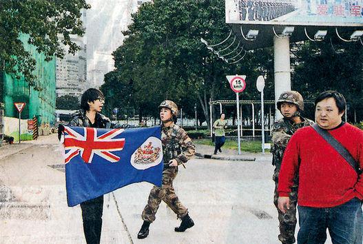 图:搞事分子硬闯解放军驻港部队总部被解放军战士驱离。/网络图片