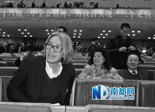 昨日下午,省政协会议开幕前,特邀政协委员周星驰落座后,不时有参会的政协委员过来和他握手或合影。 南都记者 马强 摄