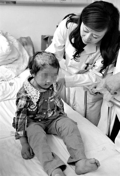 贵州父母虐童案   2013年5月,贵州省金沙县石场乡构皮村村民杨世海多年虐待、殴打其10岁女儿杨某某的行径被曝光。经查,杨世海在长达5年的时间里,用毒打、开水烫头、钳子夹手、针扎手指、跪锯齿等方式对亲生女儿进行残忍虐待,致使女儿身心受到严重损害。新华社发