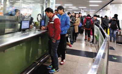 2月5日,正月初六,北京西站迎来春运返程高峰,旅客在西站地铁售票处排起长队。新京报记者 黄月 摄