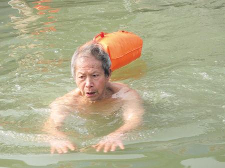 体育老师冬泳57年