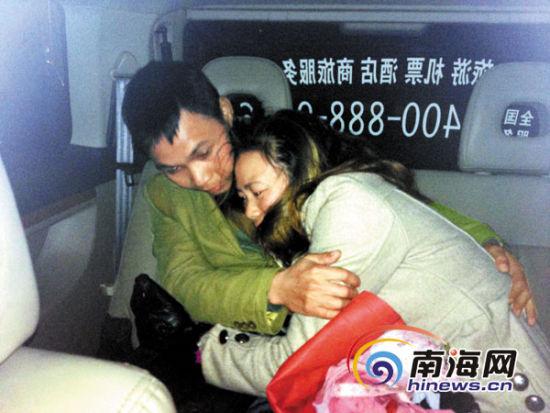 2013年12月27日,被错抓的女子惊魂未定地抱着丈夫    南国都市报记者 敖坤 摄