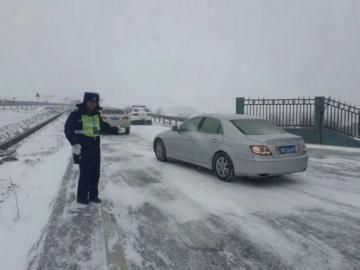 雅西高速遭遇大雪,交警疏散��留��v。(雅西高速交警供�D)