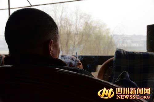 被害人梁世齐的弟弟梁世元在接受记者采访时一直沉闷的抽着烟,当聊起哥哥当年遇害经过时,他的声音有些哽咽