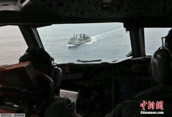 当地时间3月22日,澳大利亚皇家空军AP-3C猎户座巡逻机与澳大利亚海军HMAS Success号在南印度洋对疑似马航失联客机碎片进行搜索。