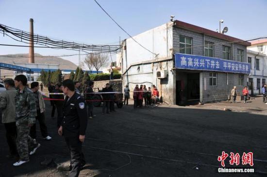位于河南的平煤神马集团长虹煤矿21日发生一起煤与瓦斯突出事故。图为平煤集团长虹煤矿救援队队员下开展搜救工作。胡影 摄