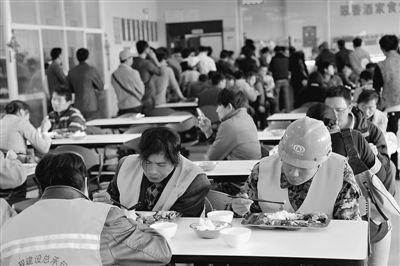 外来务工人员正在昆明市级机关食堂就餐。   杨文明 卢洪清摄影报道