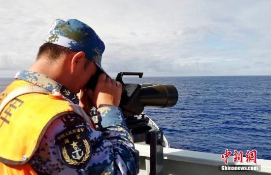 从30日开始,由中国海军井冈山舰、昆仑山舰、海口舰和千岛湖舰组成的搜救舰艇编队,在南印度洋新的任务海区,根据统一安排和划定海域,与海巡01船、南海救115船、东海救101船等3艘政府公务船只协同展开搜救行动。图为井冈山舰官兵在搜索。尹海明 摄