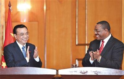 当地时间4日,亚的斯亚贝巴,李克强与埃塞俄比亚总理海尔马里亚姆举行会谈后,共同会见记者。新华社记者 李学仁 摄