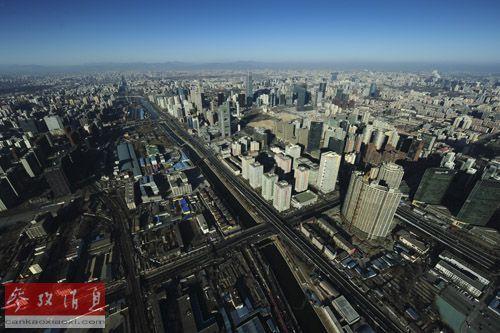 资料图片:这是空中俯瞰北京国贸地段的景色(2012年1月22日摄)。当日是农历除夕,记者搭乘直升机从高空俯瞰首都北京,高楼大厦鳞次栉比,在阳光照耀下反射出璀璨光芒,鸟巢、国贸三期等建筑显得宏伟醒目。新华社记者 杨光 摄
