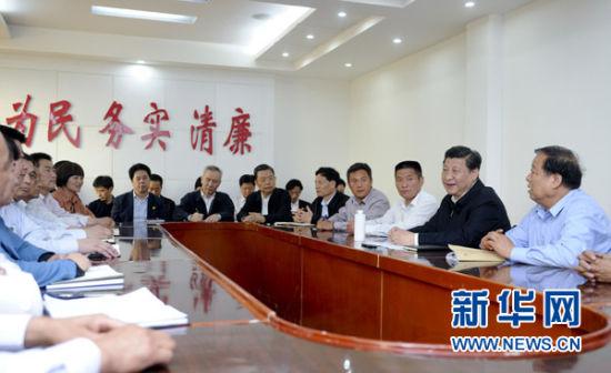 这是5月9日下午,习近平在尉氏县张市镇同镇村干部和村民代表座谈。新华社记者张铎摄