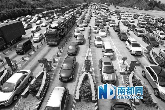 每逢节假日,太和收费站堵车现象就会准时上演。7月1日起,该收费站将被撤销。 资料图