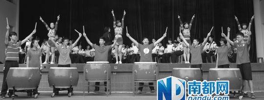 昨日,广铁一中管乐团、锣鼓队以及健美操队员一起为毕业班同学加油鼓劲。南都记者 冯宙锋 摄