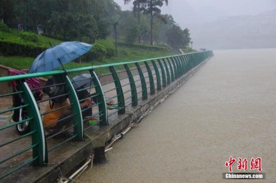 6月5日凌晨3时许,处于广西暴雨中心区的柳州市市区和6县部分地区均出现强降雨过程,遭暴雨袭击,柳州市区部分街道出现内涝。 朱柳融 摄