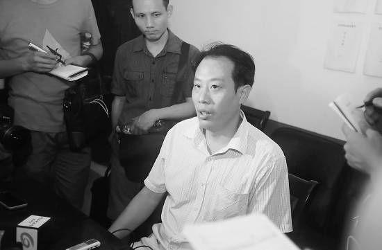 浩口镇党委副书记王林华接受媒体采访。      《武汉晚报》记者 何晓刚摄