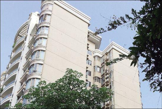 万庆良在珠江帝景名为倚泓轩的政府公寓号称以每月600元租金居住。