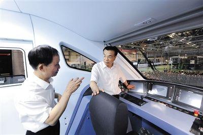 """昨日,被称为中国装备""""超级推销员""""的李克强在湖南考察南车集团株洲电力机车股份有限公司。据中国政府网"""