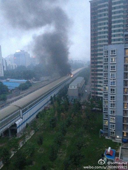 北京地铁13号线西直门至大钟寺区间冒烟起火。图片来自微博网友