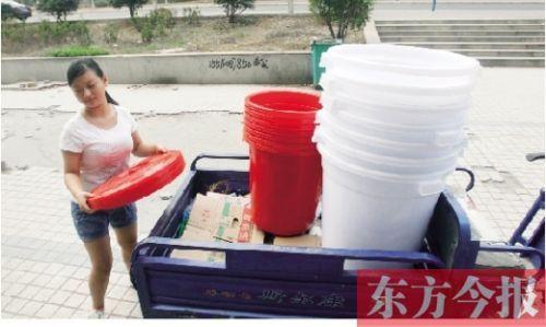 一家超市的工作人员在搬运塑料大桶。由于平顶山严重缺水导致市民大量购买塑料桶以储备水
