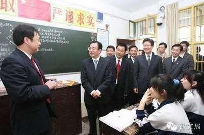 贺国强视察时进入高183班教室,其时龚良春老师正在上物理课。那一次,徐泽洲也陪出视察。