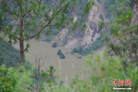云南鲁甸地震造成牛栏江火德红李家山红石岩电站取水坝处山体塌方形成堰塞湖,库区被淹40余家200余人已经转移,堰塞湖威胁到的区域群众正在紧急转移。图为水位正在上升的堰塞湖。 刘冉阳 摄