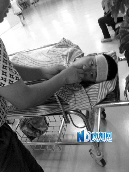 昨晚,张雨在佛山中医院刚做完手术,他身上最长的伤口达10厘米。南都见习记者 曾群善 摄