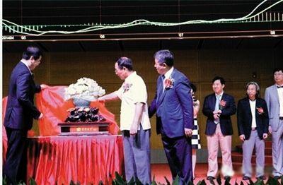 月8日,久未公开露面的张铁生代表禾丰向上交所赠送礼物。图片来源:禾丰牧业网站