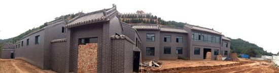 """张中生近年在中阳二郎坪修建的别墅,一字排开有上百米。再上一层则是被视为""""特供""""的市政工程二郎山公园。 澎湃新闻 陈竹沁 图"""