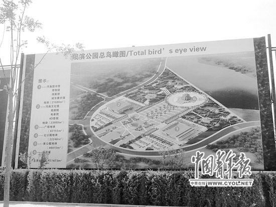 河曲县长城大街上展示的�T滨公园规划设计图。本报记者 王俊秀摄