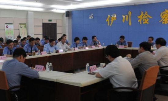 2013年10月,河南省院副检察长到伊川县院调研,时任中共伊川县委书记的郭宜品(中排低头着蓝色衬衫者)在调研座谈会上,介绍该县的基本情况。