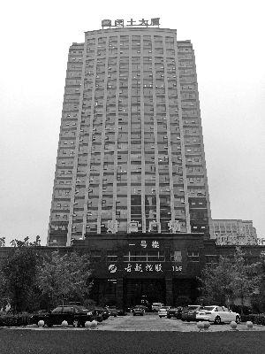 29日零时许,闰土股份董事长阮加根被发现坠落在闰土大厦西北角的四楼裙楼平台上。 徐然/摄