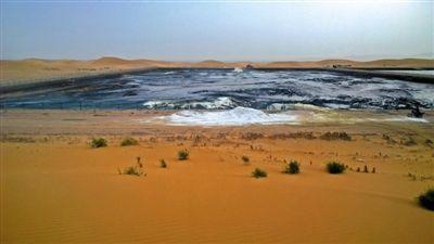 8月31日,记者在阿拉善左旗额里斯镇的腾格里沙漠行进了大约一小时后,看到了包围在沙漠深处的污水池,浓烈得几乎令人窒息的刺鼻气味扑面而来。