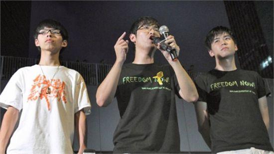 中间为香港学联秘书长周永康