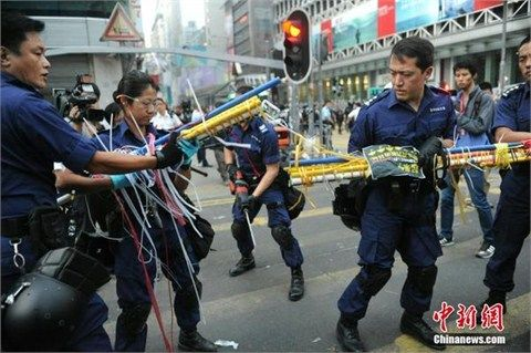 香港警方拆除违法设置的街头路障