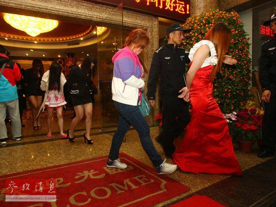 图为2月9日晚,在广东东莞国安酒店,警方将涉嫌卖淫嫖娼的人员带离酒店。新华社图片