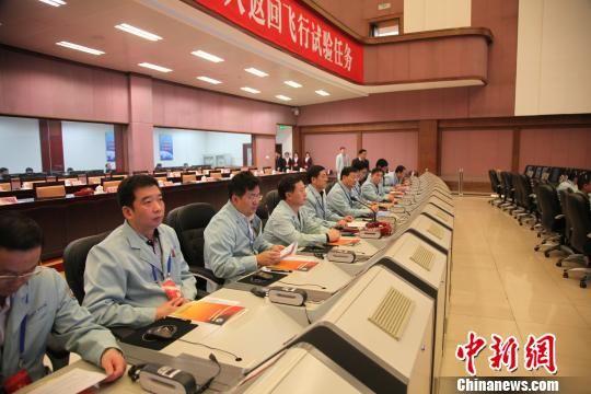 中国探月工程三期再入返回飞行试验器返回在即,图为北京航天飞行控制中心的相关专家正在密切跟踪试验器。 北京航天飞控中心 摄