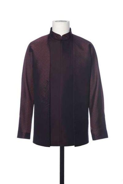 男领导人服装采取了立领、对开襟、连肩袖,提花万字纹宋锦面料、饰海水江崖纹的设计。