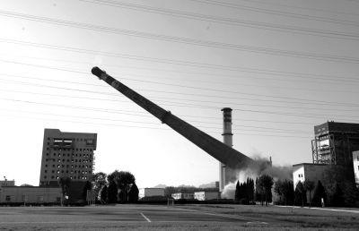 北京近年来不断压缩煤炭使用量,图为热电▲厂爆破百余米烟囱。(资料图片) 京华时报记者 欧阳晓菲摄