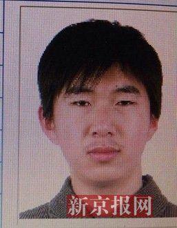 犯罪嫌疑人李小龙,27岁,唐山乐亭人。村干部说李小龙经常把自己关在家里