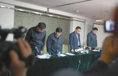 昨日17时,新闻发布会开始前,辽宁省煤炭工业管理局等部门相关领导向遇难者集体默哀 本报特派阜新记者 白石 摄