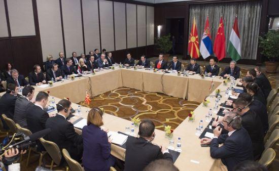 李克强总理集体会见塞尔维亚总理武契奇、匈牙利总理欧尔班和马其顿总理格鲁埃夫斯基,摄影记者:黄敬文
