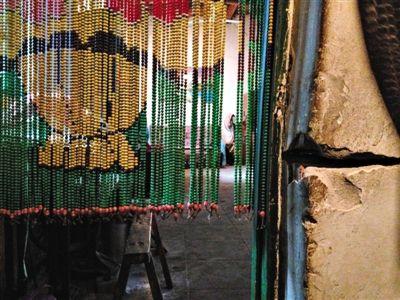 受矿场放炮影响,郝兰芳家的房门发生倾斜,露出五厘米宽的裂缝。